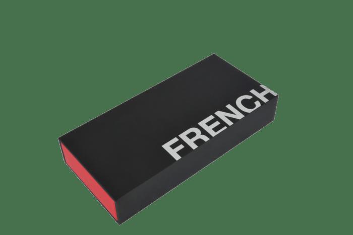 Boîte de rouges à lèvres noire et rouge avec compartiments